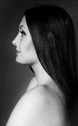 Freja profil i sort hvid foto langt mørkt hår