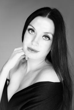 Freja portræt i sort hvid smuk kvinde med lang mørkt hår smukke øjne og læber
