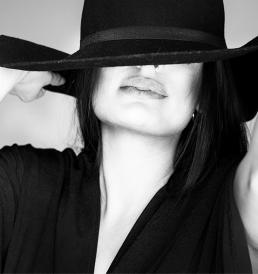 Freja foto i studie i Vejle med stor hat som dækker øjnene