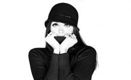 Freja i fotostudio med hat og turtleneck trøje hiver op over mund. Smuk kvinde