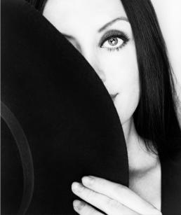 Freja foto portræt i sort og hvid. stor hat dækker det ene øje. smukt øje