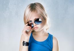 Alexander Ulver med solbriller og blå tanktop. Børne fotos af Vibeke Johansson