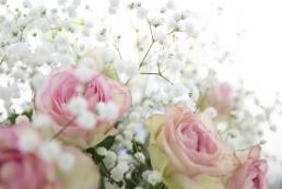 brudebuket med hvide brudeslør og sarte rose roser