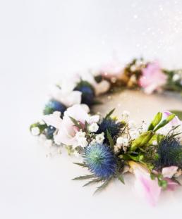 Brude blomsterkrans i blå og rosa farver