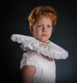 Emilie som prinsess med pibekrage