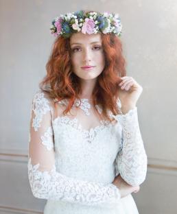 Brudekjole foto taget til magasinet Bruden. Smuk rødhåret brud med blomsterkrans