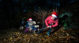 Julekort med nisser mørk skov og etmosnter der vil fange nisserne