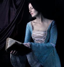 Middelalder kvinde læser bog. Fotografering i Vejle hos Vibeke Johansson