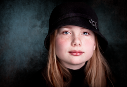 Børne portrætter i Vejle hos Vibeke Johansson. Pige med hat