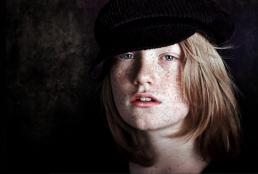 Børne portrætter. Dreng med fegner og hat. Smuk dreng