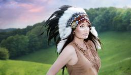 Indianer kvinde i naturen med warbonnet. smukke faver og natur