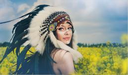 Freja i rapsmark med warbonnet som indianer kvinde
