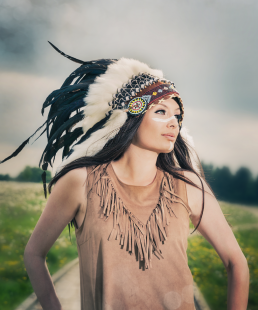 Indianer kvinde med warbonnet. Freja som model