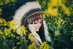 Indianer kvinde i gul raps mark med warbonnet