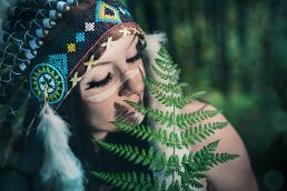 Indianer kvinde i skoven med bregne. Maling i ansigtet
