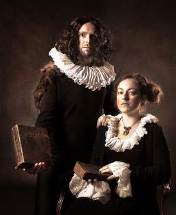 Jesper og Kristine sjovt protræt som ligner et gammelt maleri. Stor pibekrage og bibel som på de gamle malerier