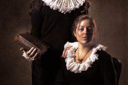 Jesper og Kristine protræt som ligner et gammelt maleri. Stor pibekrage og bibel som på de gamle malerier