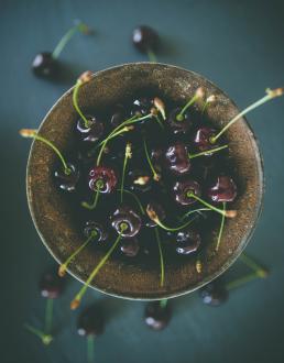 Kirsebær i en rusten skål set fra oven