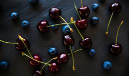 Madfotografering foto af mad blåbær og kirsebær set oppe fra
