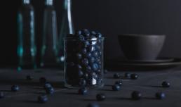 Madfotografering foto af mad blåbær i glas