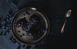 Blåbær muffin på tallerken set oppefra på sølv fad. Mad foto styling