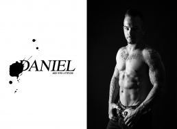 Portræt foto af Daniel i sort hvid i bar overkrop, trænet med tatoveringer. Men with attitude af Vibeke Johansson