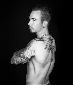 Portræt foto af Daniel i sort hvid. Men with attitude af Vibeke Johansson