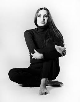 Freja i sort hvid foto sidder i hvid studio med sort tøj lang hår smuk pige