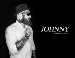 Portræt foto af Johnny i sort hvid tatoveringer, skægt, hat og briller. Men with attitude af Vibeke Johansson