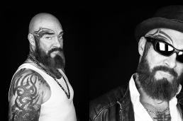 Portræt foto af Johnny i sort hvid tattoveringer og solbriller. Men with attitude af Vibeke Johansson