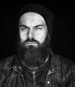 Portræt foto af Robert i sort hvid. Men with attitude af Vibeke Johansson