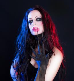 Vibeke Johansson Dark make up lange metal negle farvet gells