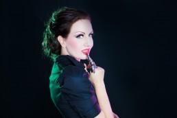 Kvinde med sort hår rødt læbestift ligner snehvide med metal finger ring