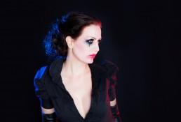 Kvinde med makeup der er gnedet ud læbestift tværet ud. Snehvide med sort hår og røde læber