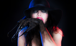 Vibeke Johansson dark clow hat lange metal fingre negle