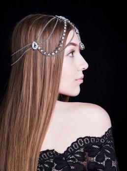 Profil af smuk kvinde med rinestone hovedbeklædning og langt brunt hår