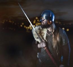Viking med hjælp og sværd i ringbrynje og pels