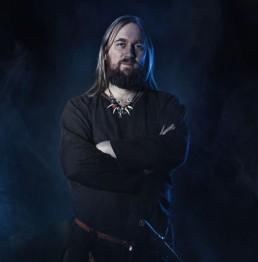 Viking i hverdags tøj mand smiler med armene over kors