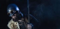 Viking med hjælp og sværd