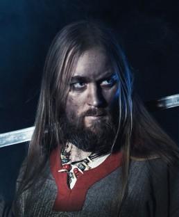 Viking med sværd over skuldren