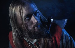 Viking mand med æske over skuldren