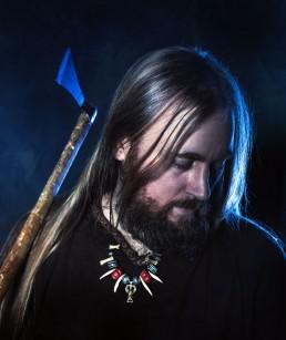 Viking mand med økse kigger ned