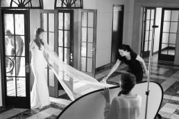 Brudekjole foto med model og fotograf på lokation
