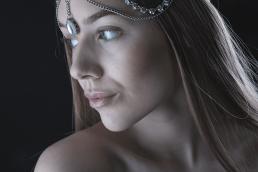 Model portræt med ædelsten hoved smykke