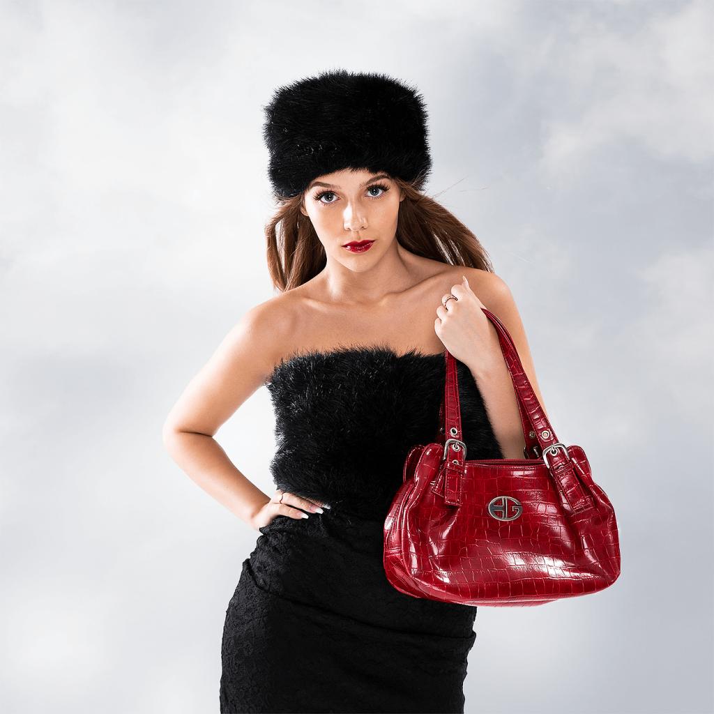 Russisk look med pelshat og rød taske model fotografering