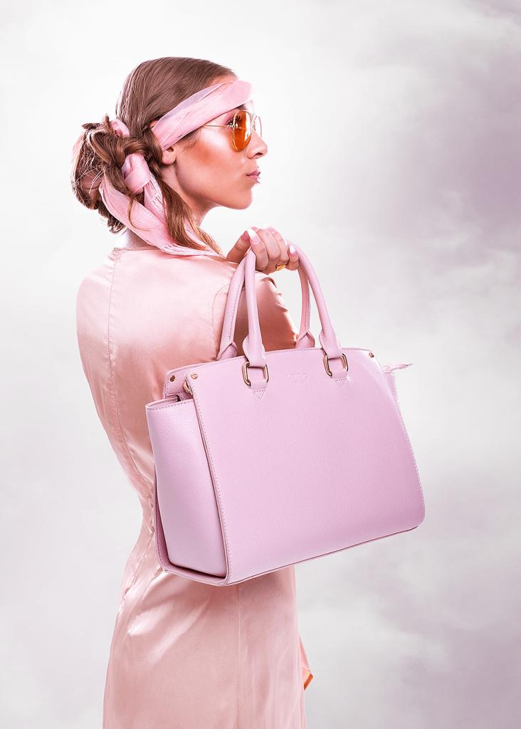 Model fotografering lyserød kjole og taske