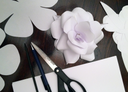 Sådan laver du papirsblomster med papir, saks, limpistol og træpind