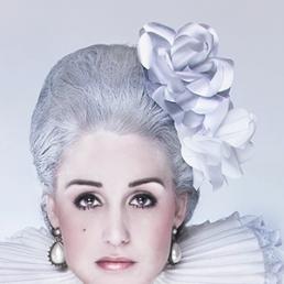 Barok kvinde med papirs blomster i håret