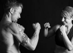 Ungt par som bokser uden handsker