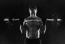 Mand med vægtstang portræt løfter vægte